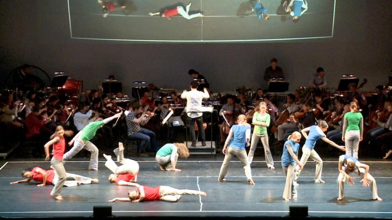 Jugendliche Tänzerinnen auf der Bühne im Festspielhaus St. Pölten in Niederösterreich