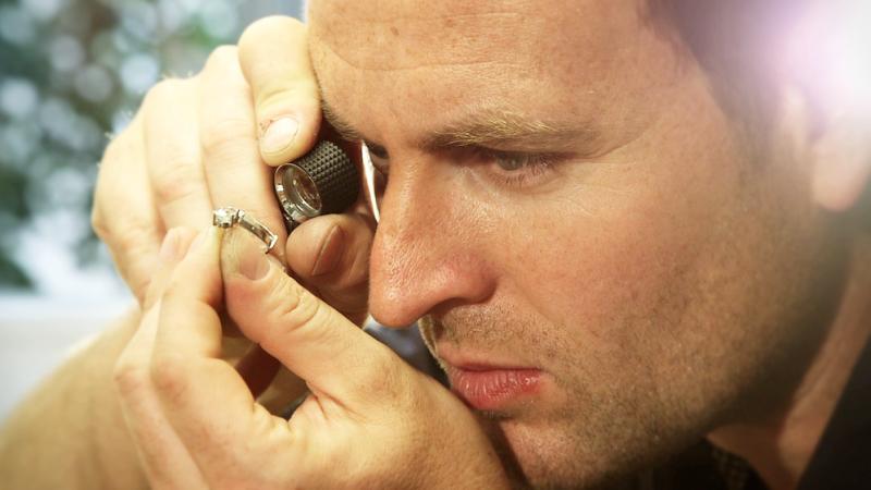 Goldschmied Stefan Nikl bei der Herstellung eines Schmuckstücks