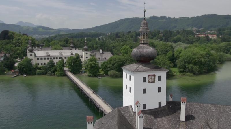 Flugaufaufnahme von Schloss Ort am Traunsee